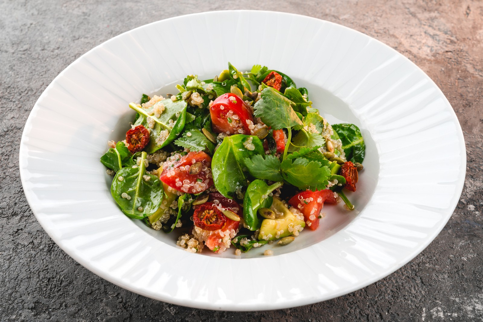 Salad with quinoa & tomatoes